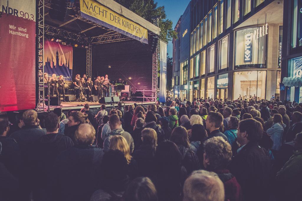 Gedränge vor der NDR Bühne in der Spitäler Straße
